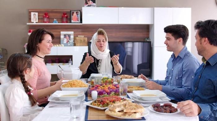 Kalap makan dikala berbuka jadi salah satu kebiasaan jelek dikala puasa. (Foto: iStock)
