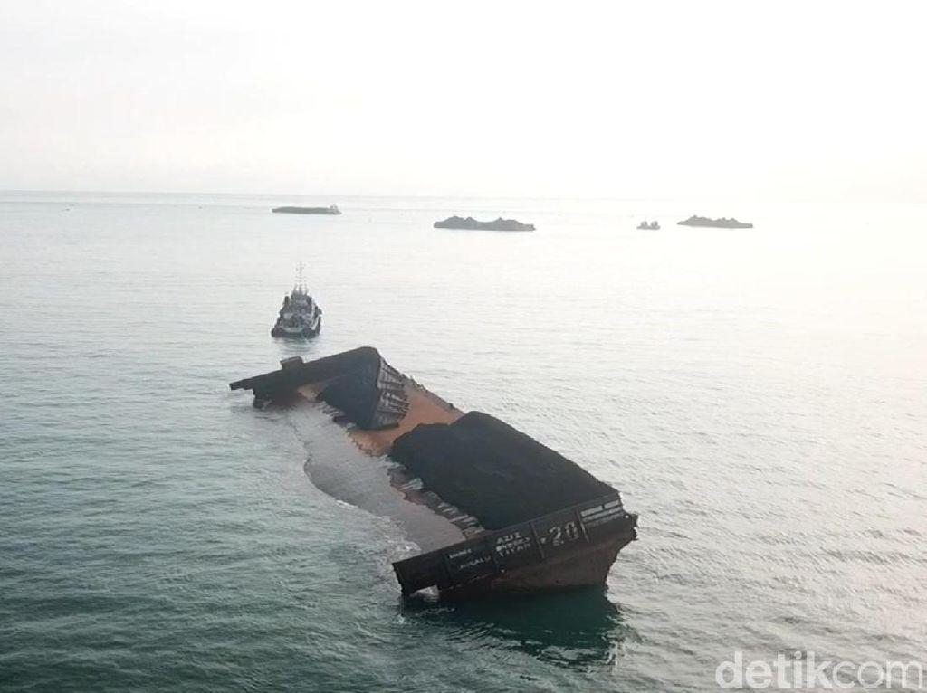 Polres Sukabumi Selidiki Batu Bara Tumpah di Pantai Cipatuguran
