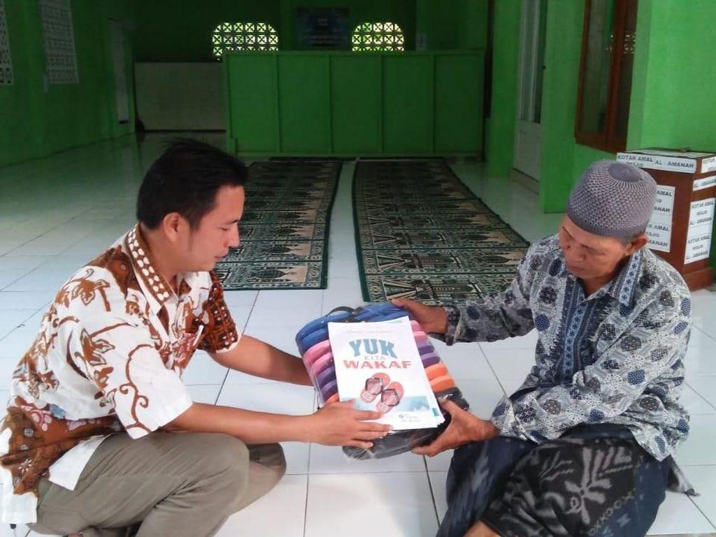 Galang Wakaf Sandal, Warga Pangandaran Ini Banjir Dukungan