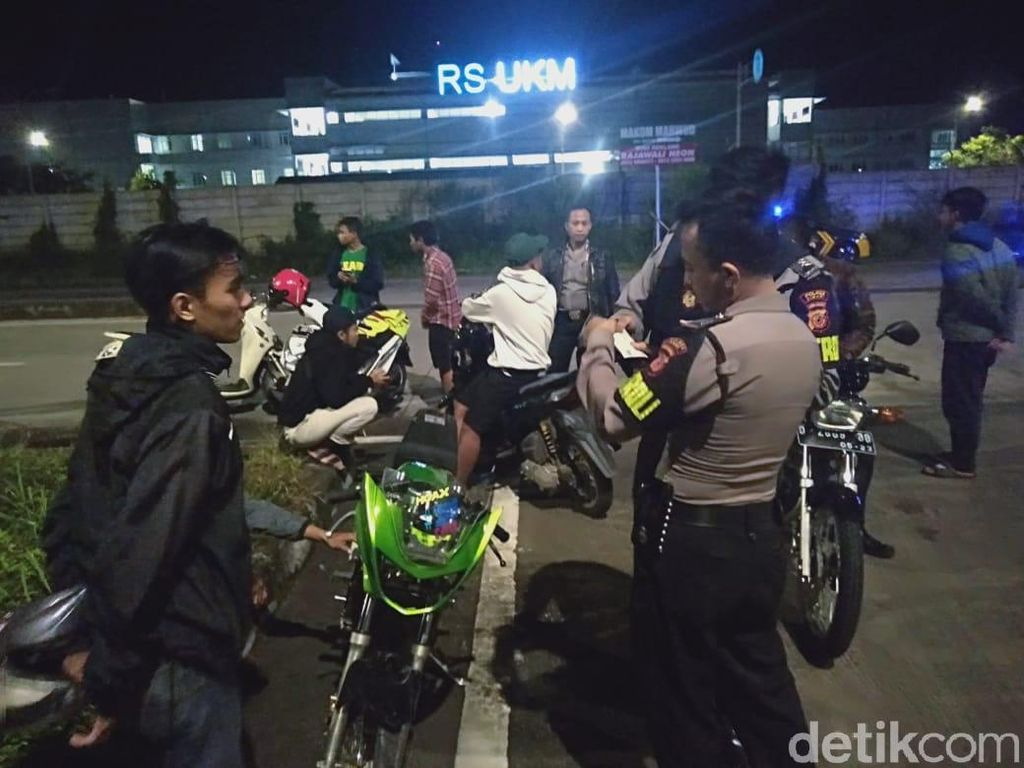 Bubarkan Balapan Liar di Gerbang Tol Soroja, Polisi Amankan 8 Motor