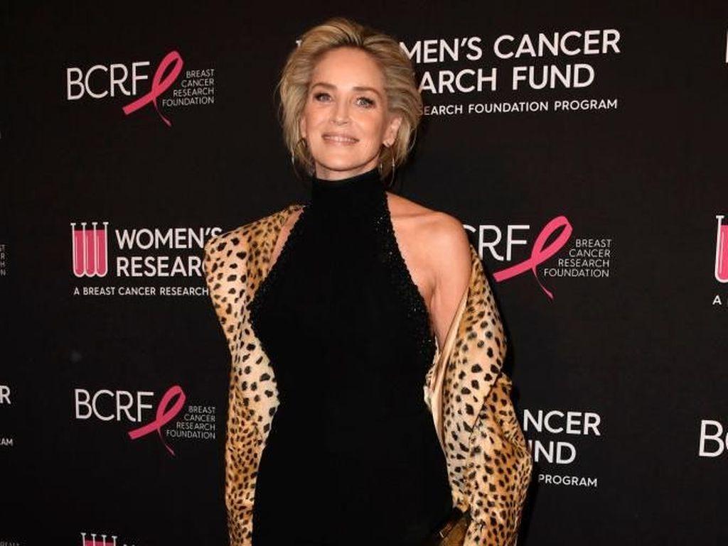 Pose Pamer Underwear, Sharon Stone Tampak Awet Muda di Usia 61
