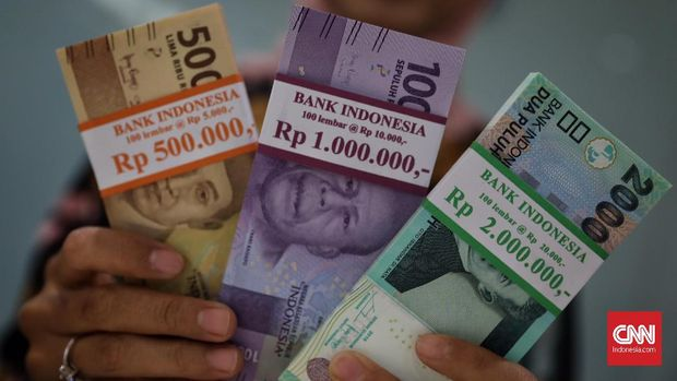 Penukuran uang baru di Bank Mandiri cabang Gatot Subroto, Jakarta, 10 Mei 2019. Sekitar 82 persen dari dana tunai sebesar Rp 54,9 triliun yang disiapkan oleh Bank Mandiri untuk Ramadan dan jelang Idul Fitri 2019. CNN Indonesia/Hesti Rika