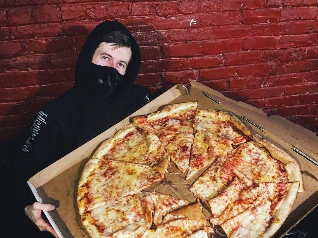 Suka Pizza, Begini Gaya Alan Walker Saat Sedang Kulineran