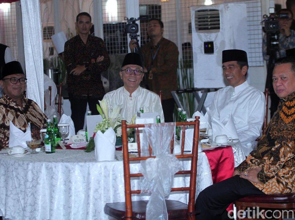 Canda Jokowi soal Kesepakatan Satu Meja Saat Bukber Bareng Zulkifli