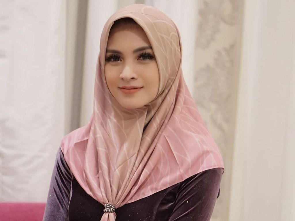 Pertama Kenakan Hijab, Donita Ngerasa Aneh