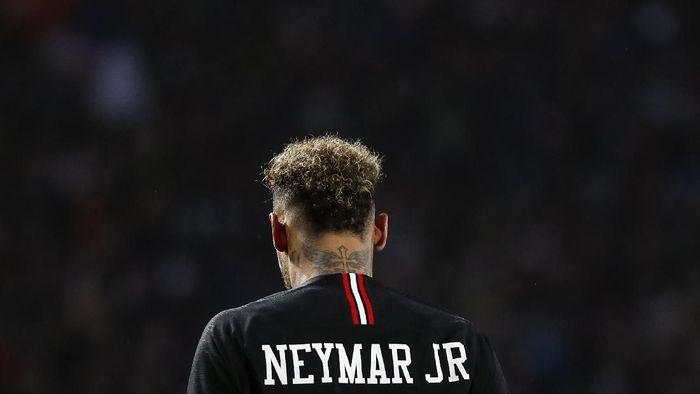 Neymar diskors tiga pertandingan karena memukul seorang fans. (Foto: Srdjan Stevanovic / Getty Images)