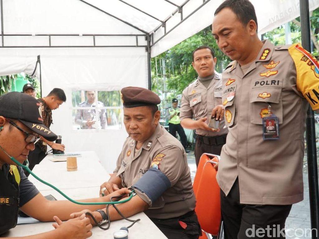 Kapolrestabes Surabaya Cek Kesehatan Anggota Pengaman Rekap Suara