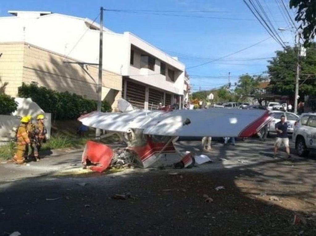 Pesawat Jatuh di Area Permukiman, 2 Pilot Argentina Berhasil Selamat