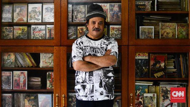 Kolektor komik Henry Ismono mengoleksi berbagai komik Indonesia sejak 2005. Ia memiliki ribuan judul komik surga-neraka. (CNN Indonesia/M. Andika Putra)