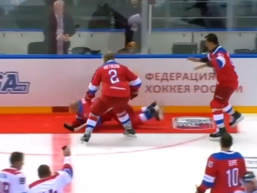Presiden Putin Tersungkur Gegara Kepleset Karpet Lapangan Hoki