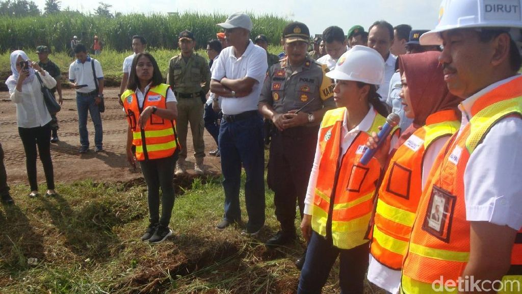 Momen Menteri Rini Tinjau Pembangunan Bandara Purbalingga