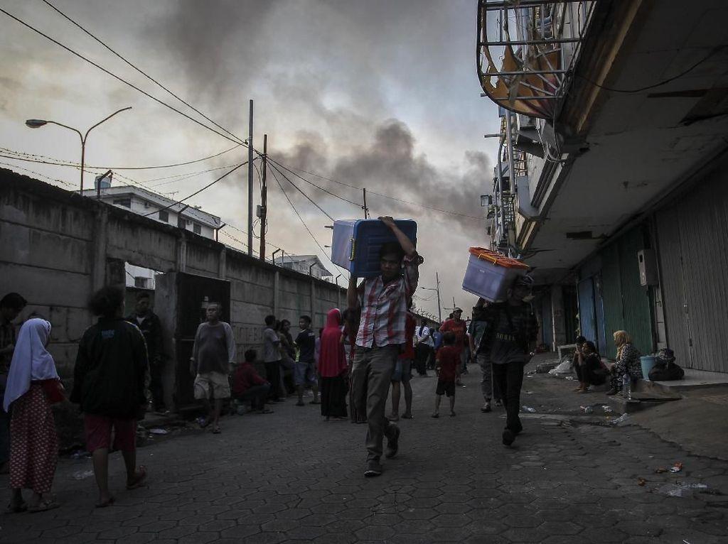 Asap Membubung Tinggi Akibat Kebakaran di Kampung Bandan