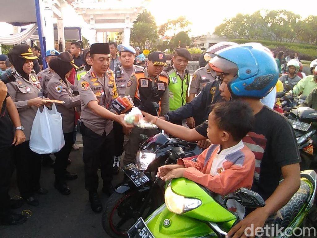 Polrestabes Surabaya dan Tokoh Lintas Agama Bagi Takjil ke Pengguna Jalan
