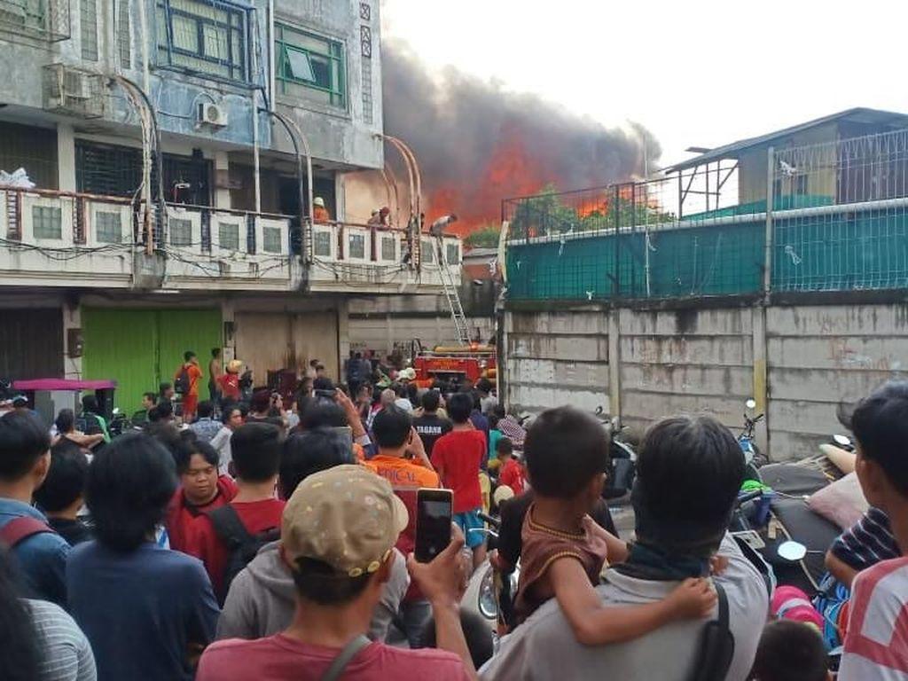 Video Amukan Api Bikin Warga Kampung Bandan Kalang Kabut