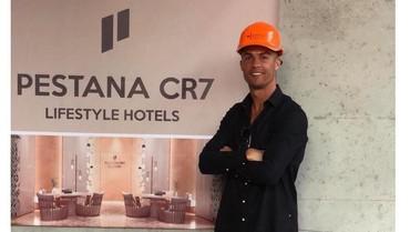 Pakai Helm Proyek, Cristiano Ronaldo Pantau Hotel Barunya