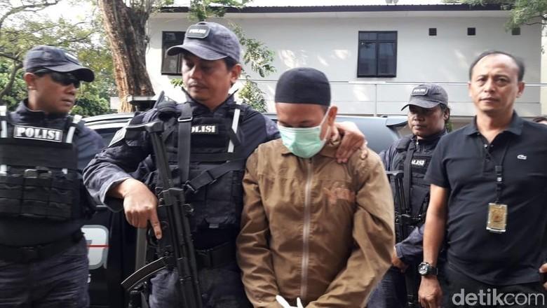 Dikawal Polisi Bersenjata, Pria Pengancam Jokowi Tiba di Polda Metro