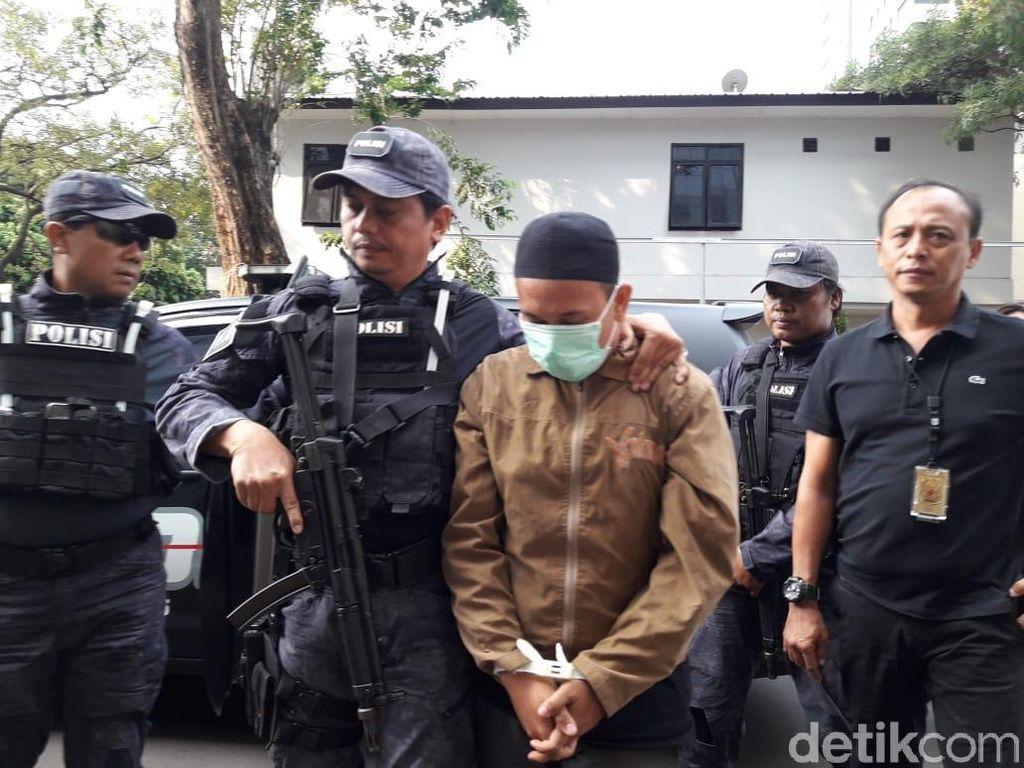 Hanya Menunduk, Ini Potret Pengancam Jokowi Saat Tiba di Polda
