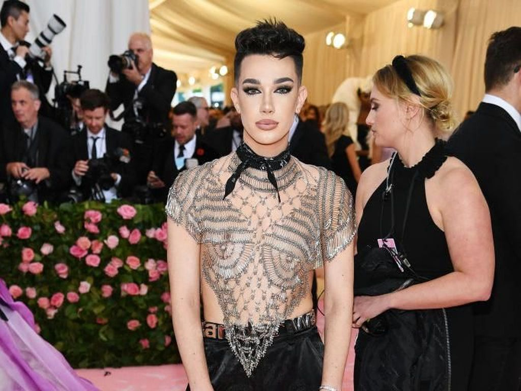 Drama YouTuber James Charles dan Tati Kian Panas, Produk Makeup Dibakar Fans