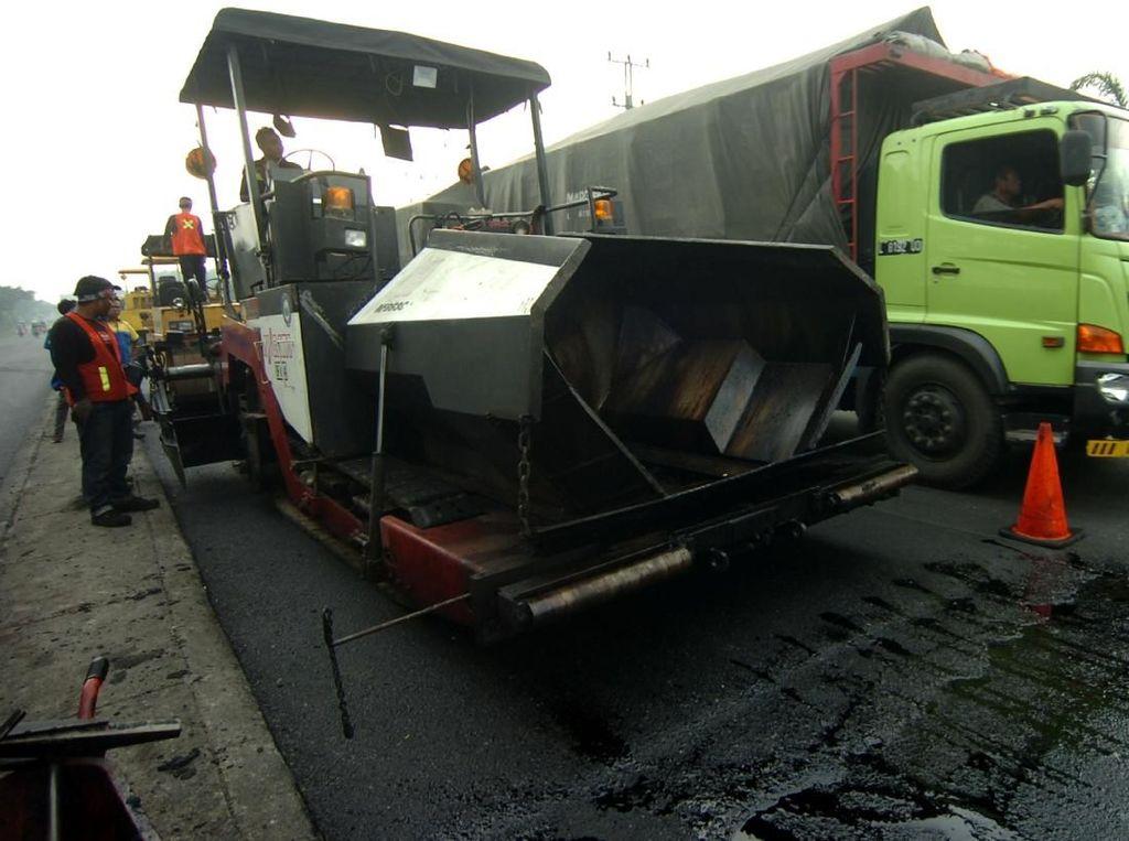1.000 Pekerja Tambal Jalan Nasional Berlubang di Jateng