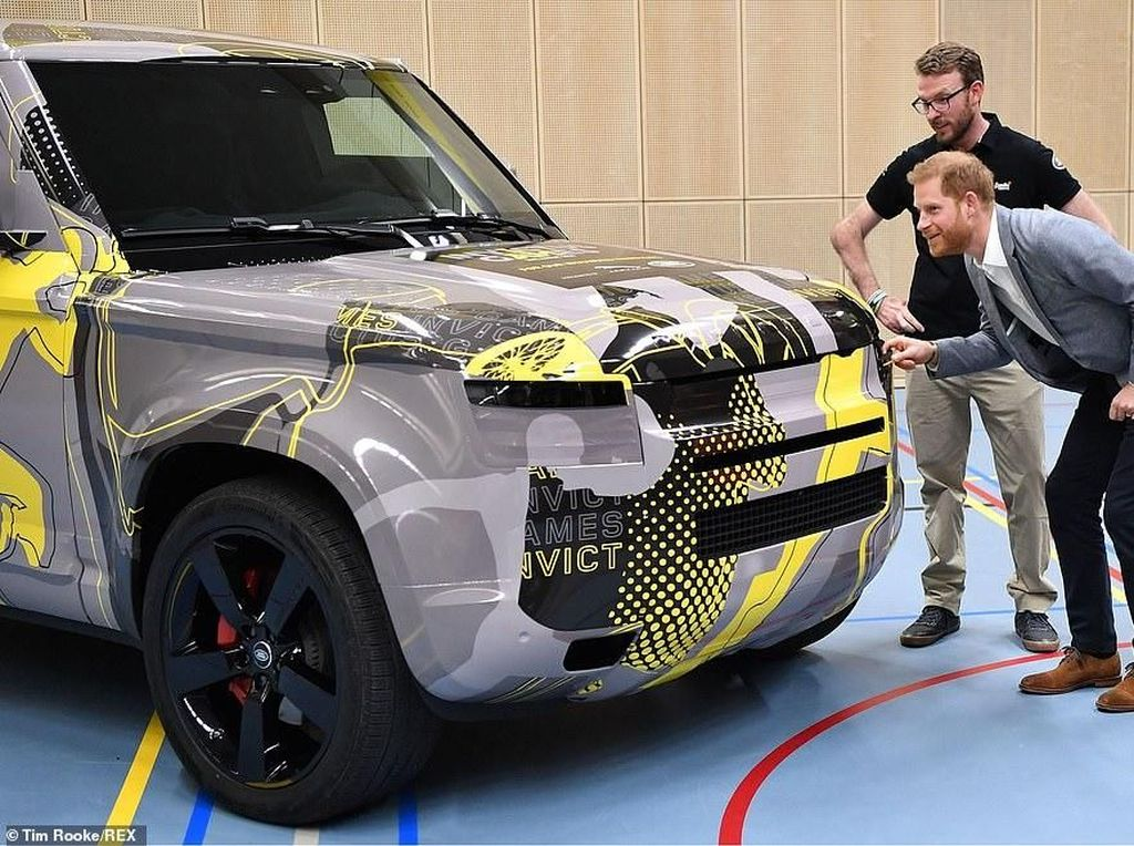Pangeran Harry Tengok Land Rover Defender Anyar