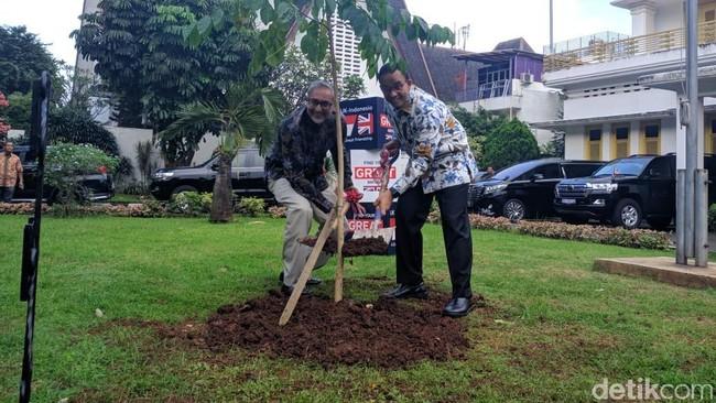 Peringati 70 Tahun Bilateral, Anies-Dubes Inggris Tanam Pohon Bersama