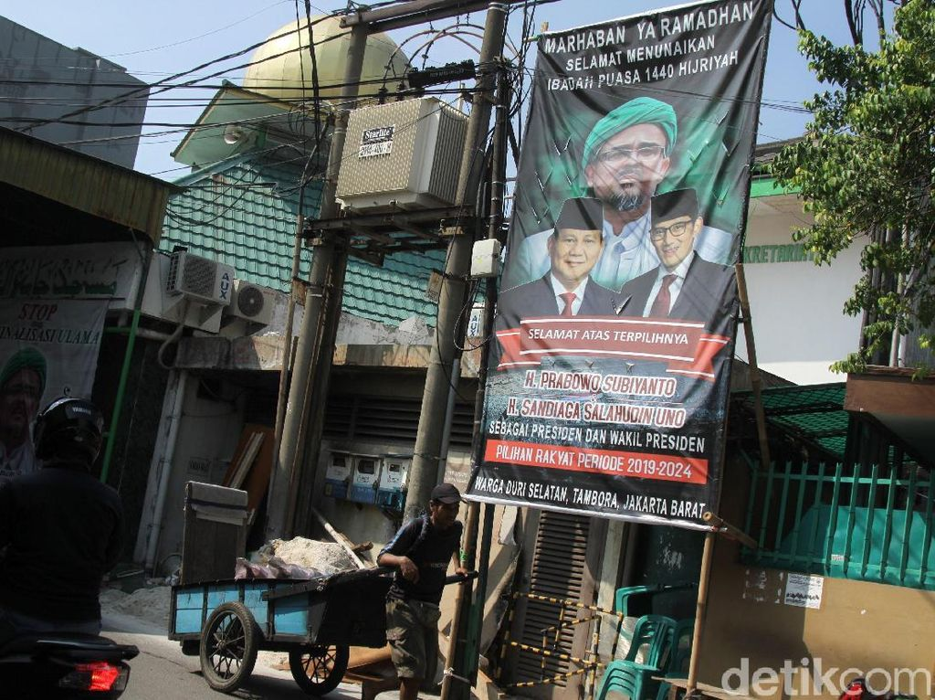 Spanduk Kemenangan Prabowo-Sandiaga Bertebaran di Jakarta