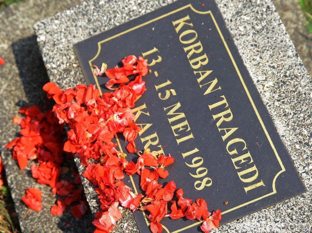 Suasana Haru Selimuti Tabur Bunga Peringatan Tragedi Mei 98