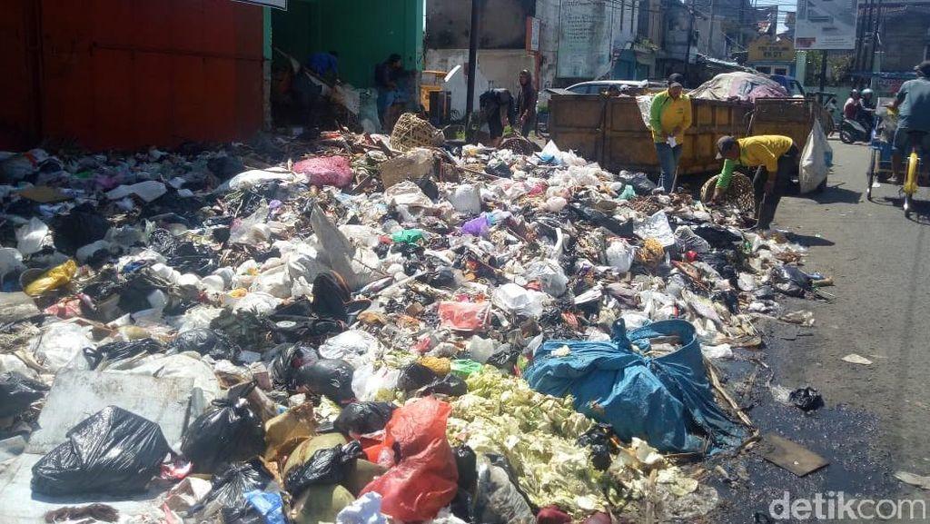 Duh, Joroknya! Sampah Numpuk di Pinggir Jalanan Garut