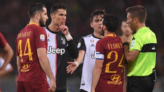 Cristiano Ronaldo sempat bersitegang dengan Alessandro Florenzi di tengah kemenangan AS Roma atas Juventus 2-0. (Foto: REUTERS/Alberto Lingria)
