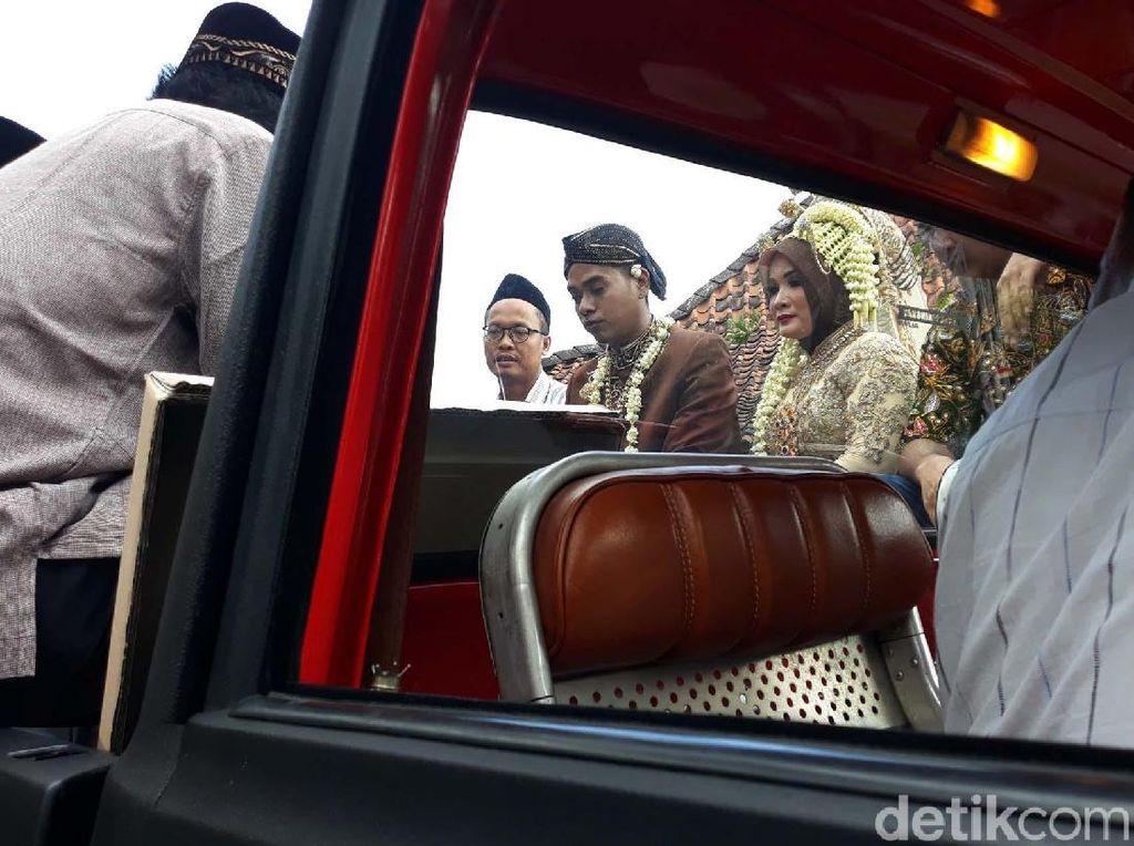 Unik Banget! Pasangan Ini Menikah di Mobil Bak Terbuka
