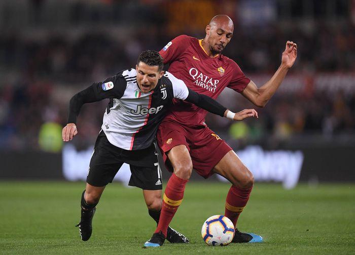 Juventus memakai jersey anyar untuk musim 2019/2020 saat berhadapan dengan AS Roma di akhir pekan kemarin. Alih-alih bercorak garis-garis vertikal hitam-putih, seragam itu kini terlihat lebih sederhana. (REUTERS/Alberto Lingria)