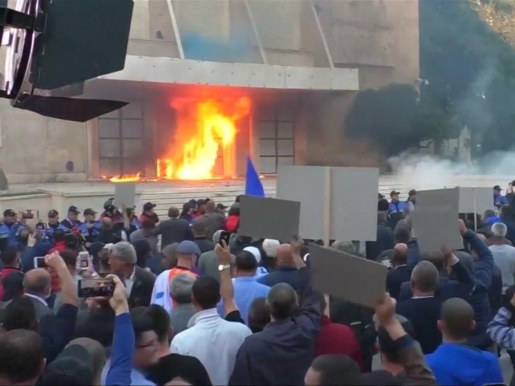 Gedung Pemerintah Albania Dilempari Bom Molotov oleh Demonstran