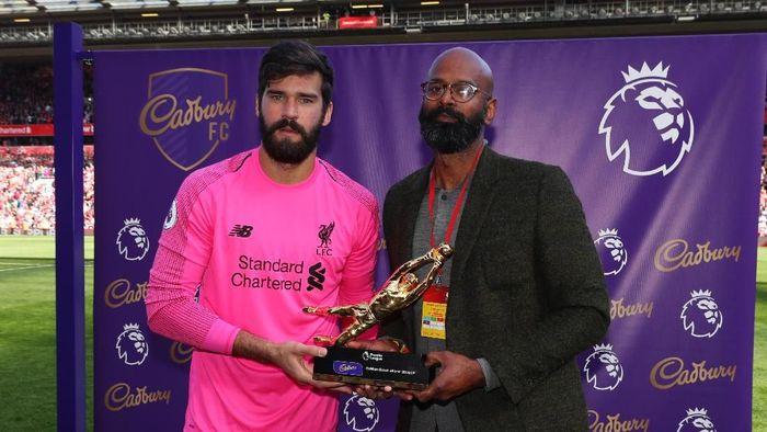 Alisson Becker jadi kiper terbaik Liga Inggris 2018/2019. (Foto: Catherine Ivill/Getty Images)