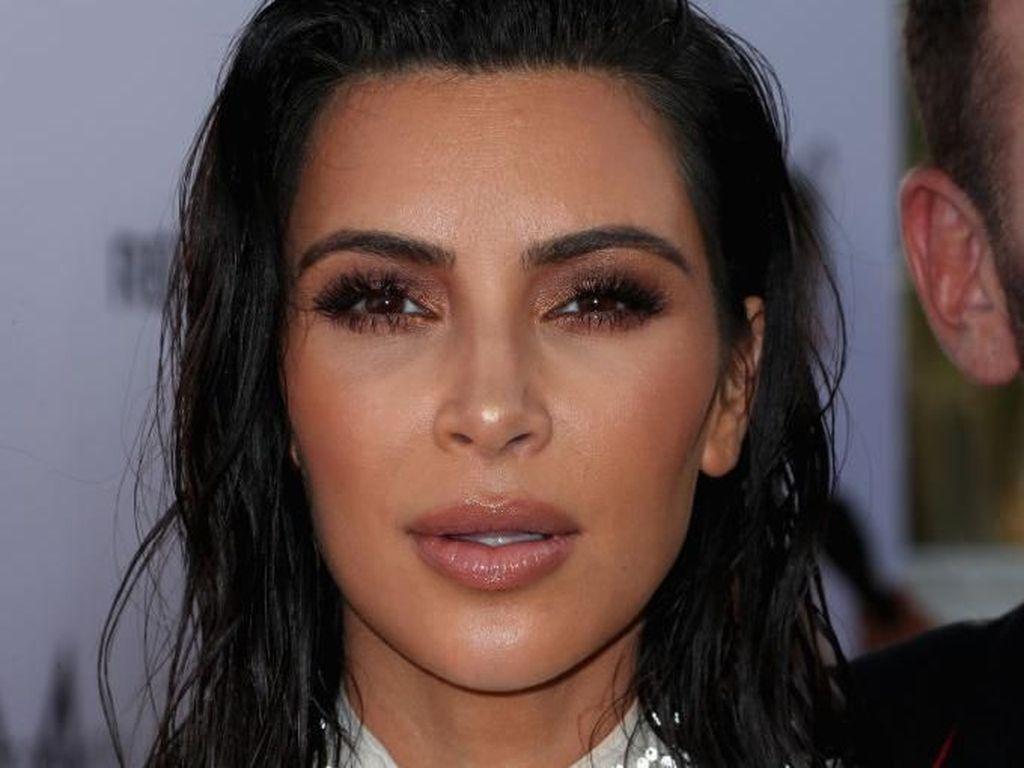 Kim Kardashian Pakai Rok Unik, Netizen Samakan dengan Bungkus Gorengan