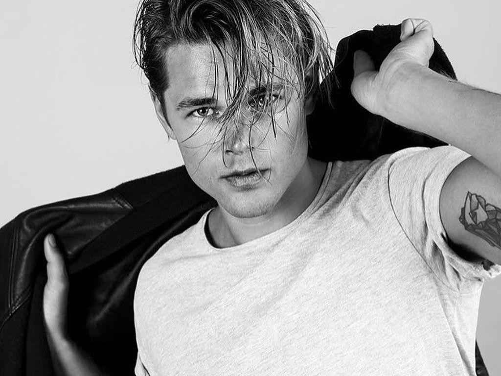 Gantengnya Model yang Punya Wajah Gabungan Brad Pitt dan Leonardo DiCaprio