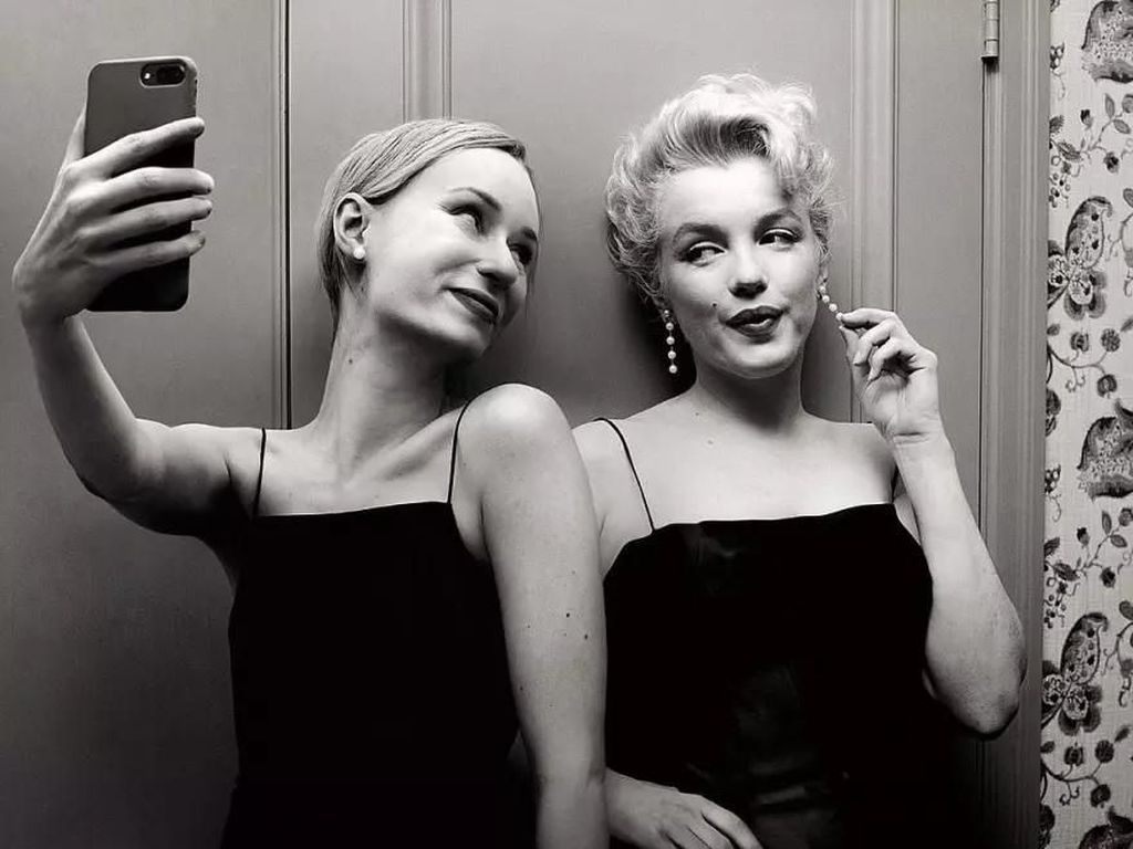 Berkah Photoshop Bisa Selfie Bareng Tokoh Terkenal Masa Lalu
