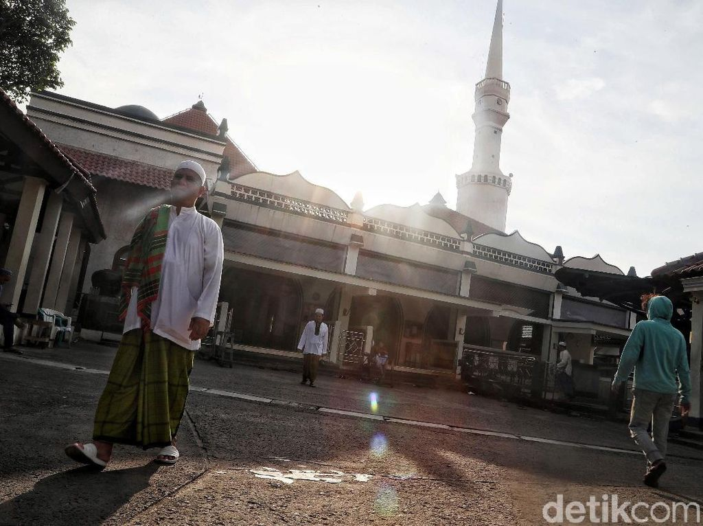 Intip Aktivitas Warga Masjid Luar Batang Jelang Buka Puasa