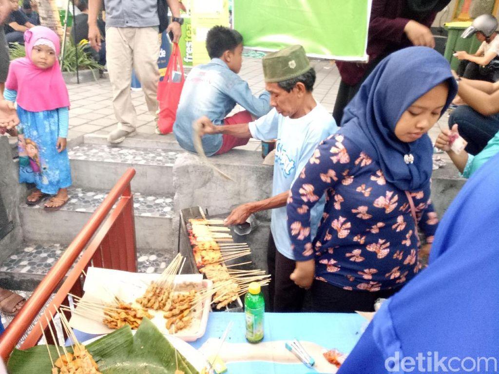 Ngabuburit di Bali Bisa Berburu Sate Susu