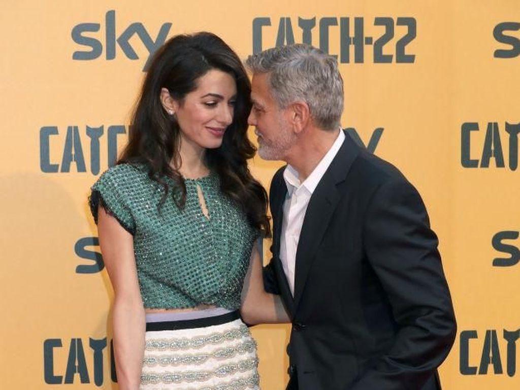 Potret Mesra George dan Amal Clooney di Premier Catch-22