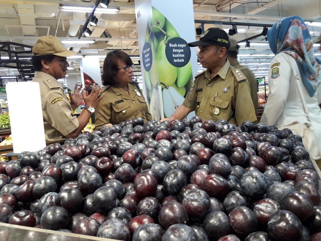 Petugas Temukan Sayuran dan Buah Busuk Masih Dijual di Swalayan Bekasi