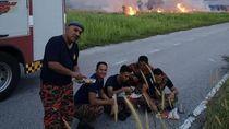 Saat Petugas Pemadam Kebakaran Buka Puasa di Pinggir Jalan