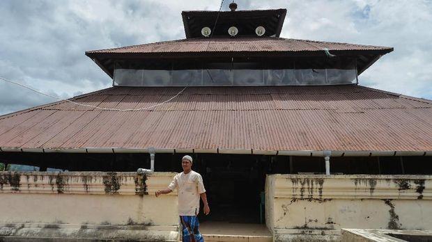 Warga muslim berjalan menuju halaman seusai menunaikan ibadah shalat pada hari pertama Ramadhan 1440 H di Masjid Tuha Indrapuri, Kabupaten Aceh Besar, Aceh, (6/5/2019). Masjid Tuha Indrapuri, salah satu masjid bersejarah dan tertua berkontruksi kayu berusia ratusan tahun di Aceh tersebut,  dibangun pada masa kerajaan Sultan Iskandar Muda pada abad 16 yang lokasinya merupakan bekas bangunan candi peninggalan kerajaan Hindu di Aceh. ANTARA FOTO/Ampelsa/ama..