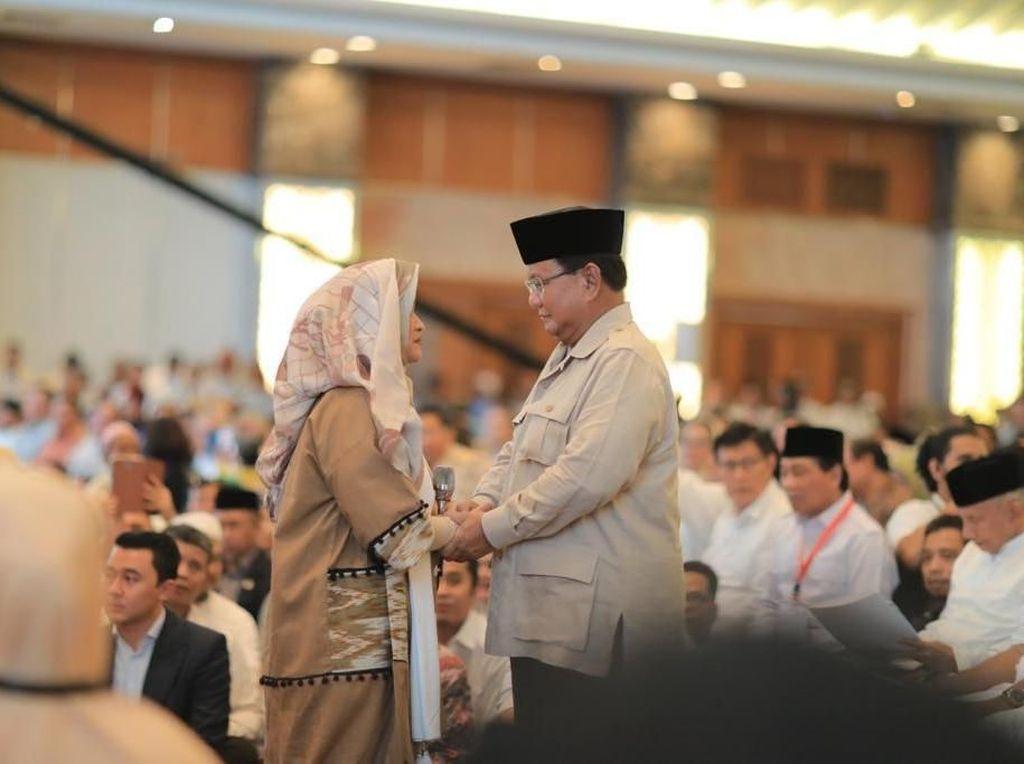 Saat Prabowo-Neno Warisman Berpegangan Tangan