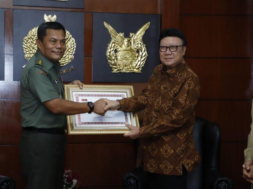 Mendagri Beri Penghargaaan ke Anggota TNI yang Gugur Kawal Pemilu 2019