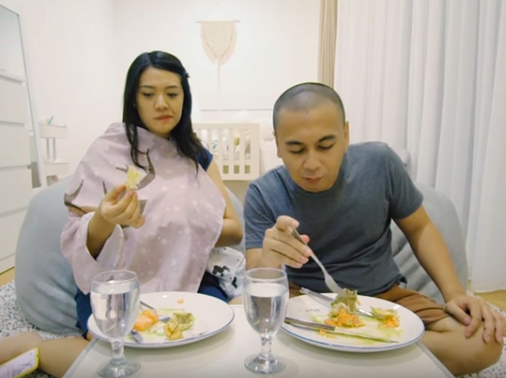 Undang Private Chef ke Rumah, Raditya Dika dan Anissa Malah Makan di Kamar Anak