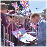 Pangeran Harry dan anak-anak yang memberii kartu ucapan/