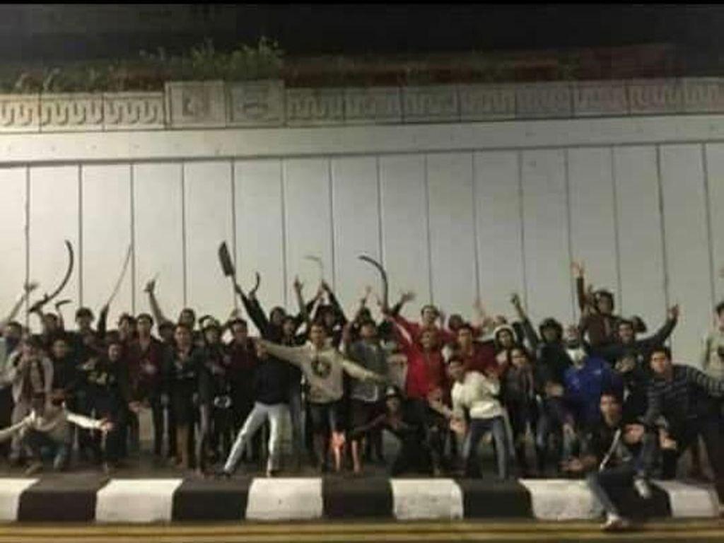 Polisi Cek Foto Viral Gangster Pose Acungkan Celurit di Underpass