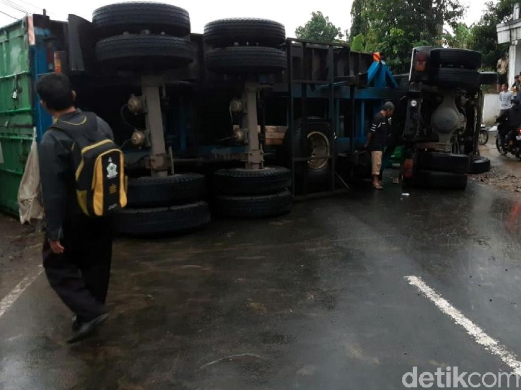 Truk Kontainer Terguling Seruduk 7 Kendaraan di Sukabumi