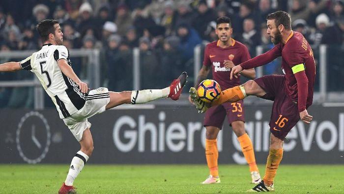 Miralem Pjanic dan Daniele De Rossi saling berhadapan di laga Juventus vs As Roma. (Foto: Valerio Pennicino/Getty Images)