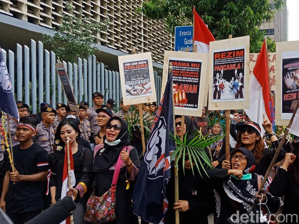 Bawa Keranda, Sejumlah Massa Demo di Depan Bawaslu